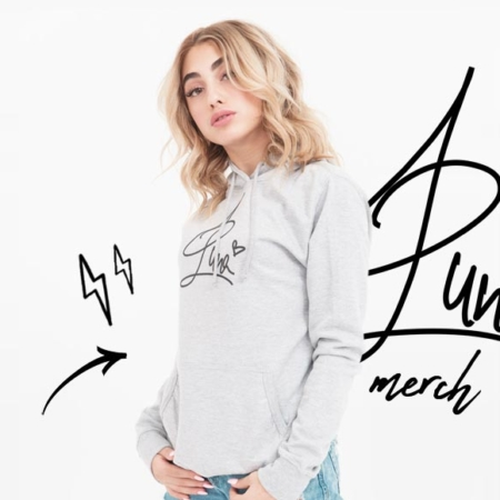 Luna Farina - Singer presents her own merchandise!