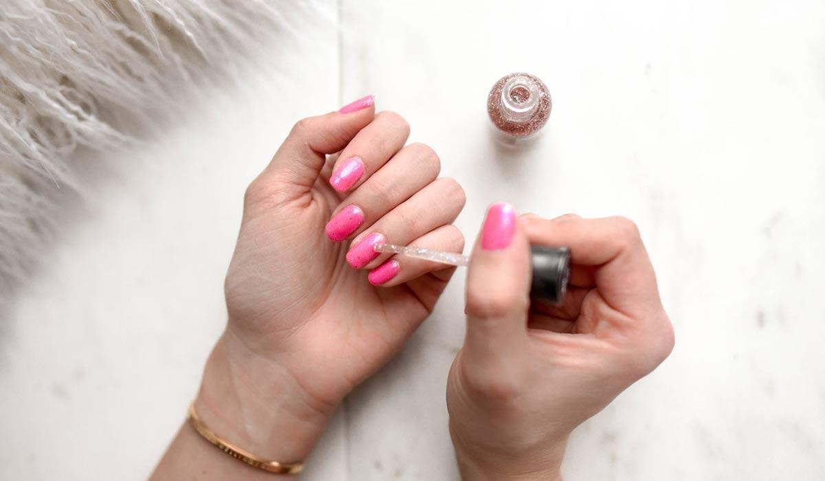 Smalto per unghie: semplice e semplice o di fantasia? Applicare lo smalto senza sovraverniciare, senza strisce e senza bolle: così si fa!