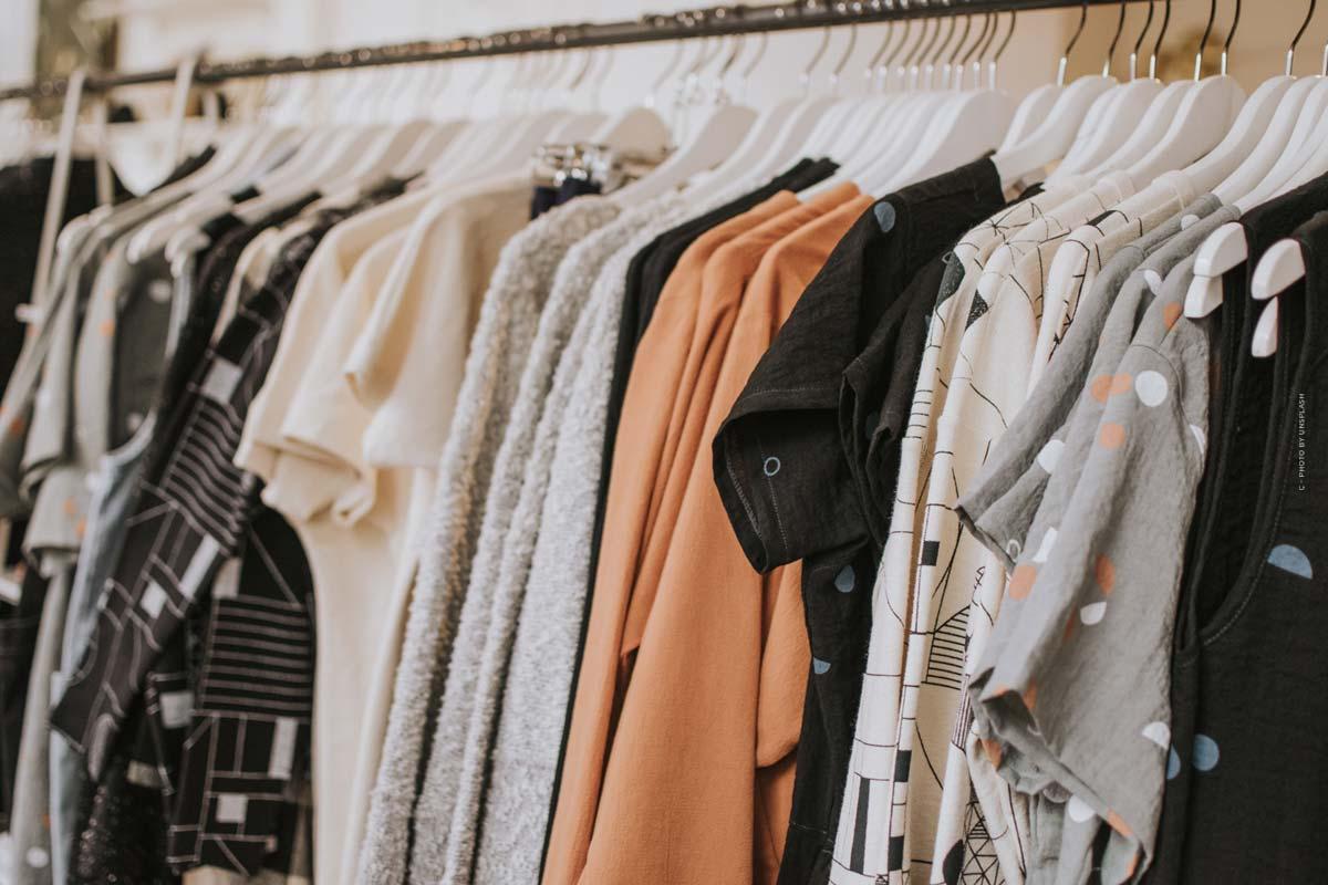 ASOS: tra alta moda e street style - abito da ballo, pantaloni della tuta e borsa firmata