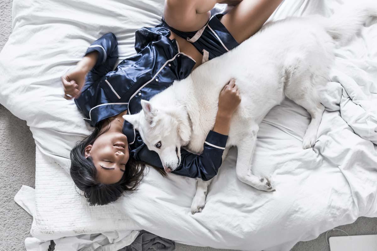 Abbigliamento da notte confortevole e alla moda per un sonno sano e rilassato: consigli su vestibilità, tessuti & co.